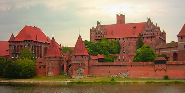 2 Day Trip From Warsaw: Trail of Teutonic Castles Malbork Castle Photo Oarranzli 600x303