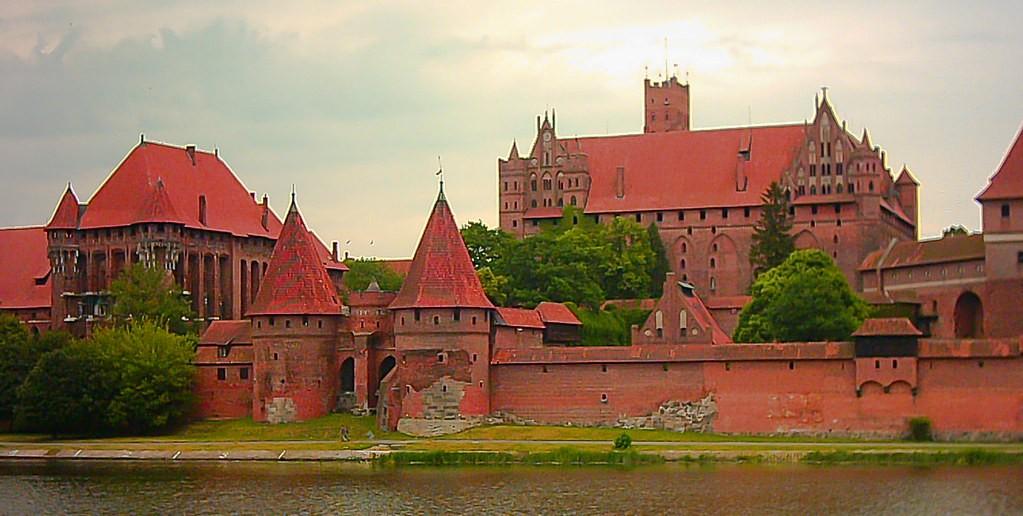 2 Day Trip From Warsaw: Trail of Teutonic Castles Malbork Castle Photo Oarranzli