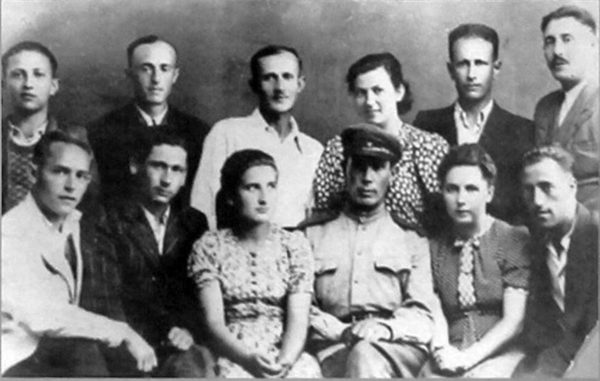 Sobibor Tour Sobibor group surviving Jews 600x381